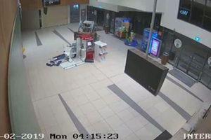 Clip băng trộm táo tợn lái máy xúc phá cây ATM để cướp tiền