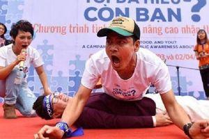 MC Phan Anh cùng Thái Thùy Linh động viên tinh thần trẻ tự kỷ