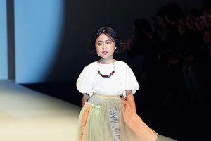 Mẫu nhí Việt tái hiện màn catwalk 'thần sầu' trong bóng nước tại tuần lễ thời trang Thượng Hải