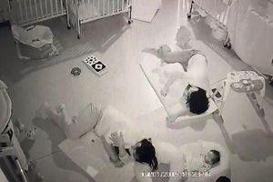 Cô giáo nằm đè lên bé 11 tháng khi ngủ trưa khiến nạn nhân tử vong