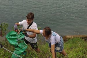 Quảng Bình: Du khách nước ngoài cùng người dân tổ chức nhặt rác ở Phong Nha - Kẻ Bàng.