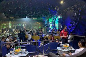 Dân chơi vứt ma túy khi bị công an bao vây quán bar ở Sài Gòn