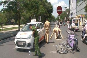 Va chạm xích lô bên sông Hương, bức xúc taxi rời khỏi hiện trường
