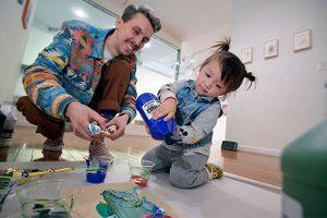 Bất ngờ về bé gái 2 tuổi có tranh được bán đấu giá hơn 1000 đô la