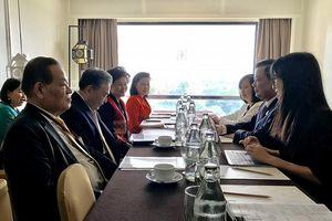 Bộ trưởng Đinh Tiến Dũng tiếp xúc với Bộ trưởng Tài chính Thái Lan