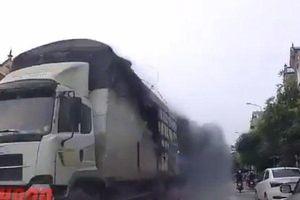 Clip: Xe tải bốc cháy giữa khu dân cư, tài xế liều mạng xử lý