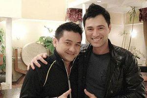 Ca sĩ Leon Vũ mang áo dài mặc cho diễn viên Anh Vũ khi nhận thi thể