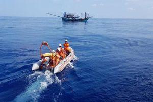 Cứu thành công một thuyền viên bị dập tay, bất tỉnh trên biển