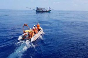 Cấp cứu thuyền viên tàu cá gặp tai nạn lao động trên biển