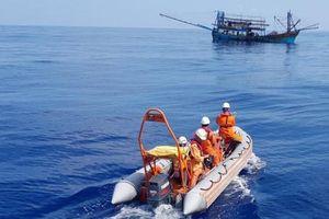 Cứu trợ thành công thuyền viên Tàu QNA 91072 trên biển miền Trung