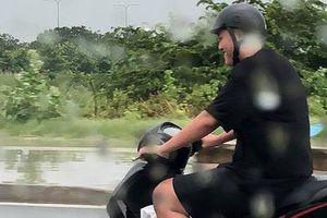 Chồng 'soái ca' bắt vợ đi taxi tránh mưa, còn mình lái xe máy chạy theo