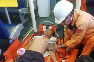 Cứu thuyền trưởng bị tai nạn lao động trên vùng biển Hoàng Sa