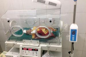 Bác sĩ lao xe trong đêm cứu mẹ con sản phụ sinh non giữa rừng