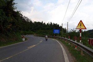 Lắp đặt hàng loạt tấm dẫn hướng ATGT tại đường cong nguy hiểm trên QL9