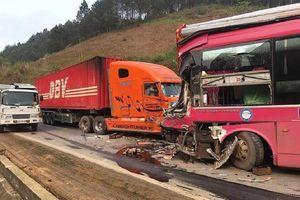 Xe khách bẹp đầu trước container trên quốc lộ