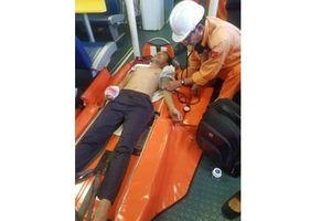 Cấp cứu thuyền viên bị tai nạn lao động ở vùng biển Hoàng Sa