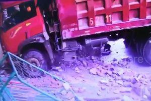 Xe tải mất lái húc đổ cổng trường mẫu giáo