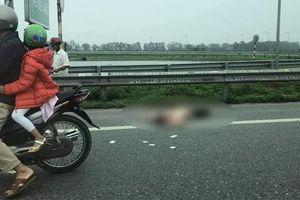 Xe máy va chạm xe tải trên cao tốc, cả gia đình 3 người thương vong