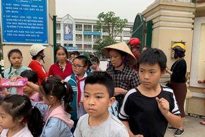Phụ huynh kinh hoàng phát hiện thịt gà bốc mùi đưa vào trường ở Hà Nội