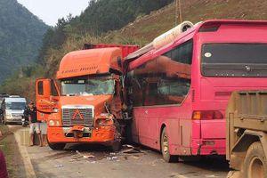Xe container đấu đầu xe khách ở Sơn La, 1 tài xế nguy kịch