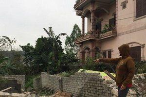 Dùng máy ủi phá sập nhà, 3 mẹ con bơ vơ: Khởi tố vụ án, bắt giam bị can