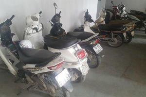 Gần chục xe máy bị kẻ xấu rạch nát yên tại chung cư ở Hà Nội