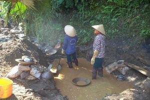 Nghệ An: Đất đá vùi lấp khi đi 'mót' quặng, 1 người tử vong