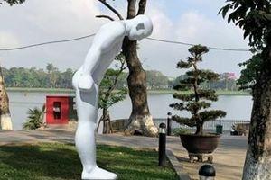 Hàn Quốc trao tặng bức tượng khổng lồ 'Người đàn ông cúi chào'