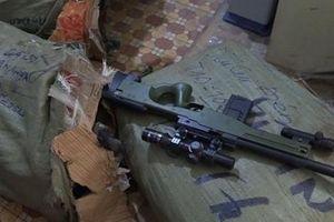 Súng bắn đạn nhựa, thanh đao và dùi cui điện 'ém' trong nhà dân