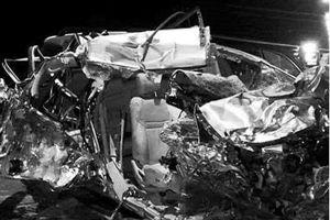 Xe khách đấu đầu xe tải trong đêm, 3 người chết tại chỗ
