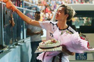 Văn Toàn được fan tổ chức sinh nhật sớm sau trận thua Hải Phòng