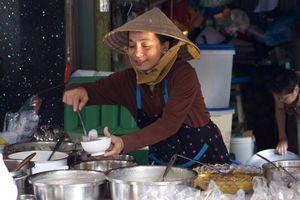 Ghé chợ Campuchia, thiên đường ẩm thực của giới trẻ Sài Gòn