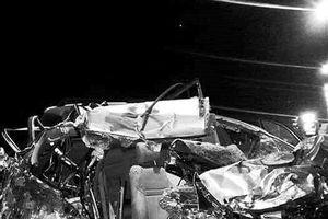 Đồng Nai: Ô tô 7 chỗ nát bét khi đối đầu xe tải, 3 người chết, 2 người bị thương