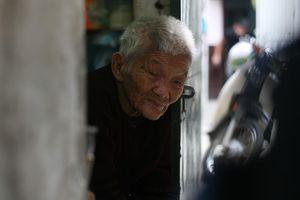 Xót cảnh cụ bà 84 tuổi, hàng ngày đẩy xe đi bán kẹo và tâm nguyện trước khi chết