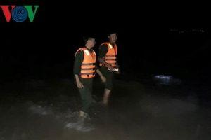 Cứu 2 nữ sinh bị sóng cuốn trôi, nam thanh niên mất tích trên biển
