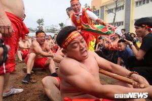 Tròn mắt xem trai Thủ đô mình trần vạm vỡ thi kéo co ngồi ở hội đền Trấn Vũ