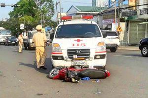 Lâm Đồng: Xe cứu thương vượt đèn đỏ tông xe máy, 1 người dập não