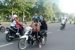 Người điều khiển và người ngồi trên xe máy không đội mũ bảo hiểm đều bị xử phạt hành chính