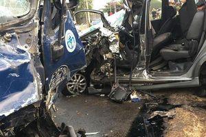 Xe tải chở vịt đấu đầu ô tô 7 chỗ, 4 người bị thương