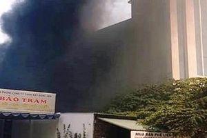 Nhân viên ngân hàng tháo chạy vì cháy kho phế liệu sát bên