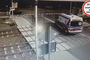 Kinh hoàng khoảnh khắc tàu hỏa húc văng xe cứu thương đang quay đầu