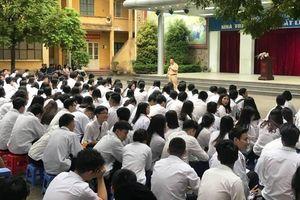 Cảnh sát giao thông tuyên truyền pháp luật về giao thông cho học sinh