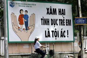 Người đàn ông đưa thông điệp 'Xâm hại tình dục trẻ em là tội ác' đến khắp Sài Gòn