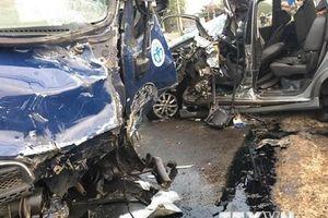 Xe tải chở vịt đâm vào ôtô bảy chỗ khiến 4 người bị thương