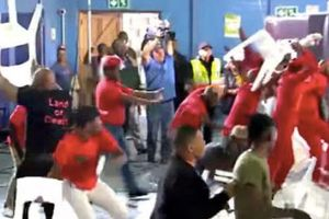 CLIP: Các nghị sĩ Nam Phi 'choảng' nhau trên sóng truyền hình