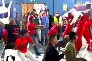 Clip: Nghị sĩ Nam Phi đánh nhau trên sóng truyền hình trực tiếp