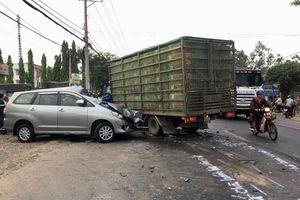 Xe tải chở vịt lấn làn đâm vào xe 7 chỗ khiến 4 người bị thương