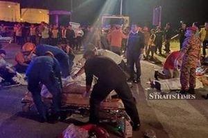 Xe buýt mất lái lao đầu xuống kênh, 11 người thiệt mạng