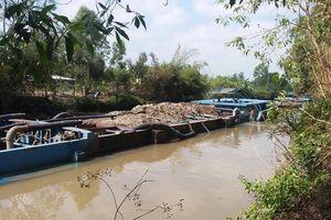 Tiền Giang: Chủ tịch UBND tỉnh phải 'hạ lệnh' tháo dỡ chướng ngại vật gây ùn tắc giao thông đường thủy tại kênh Hai