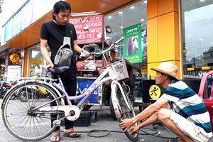 15 năm bơm vá xe đạp miễn phí, bị nói 'nghèo mà bày đặt làm từ thiện'